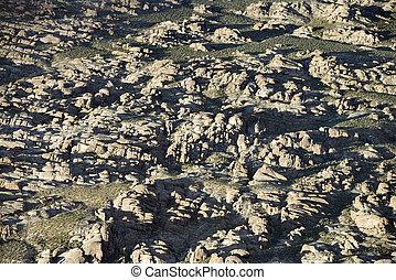 岩が多い, 地勢