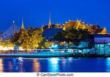 Bangkok temple at night