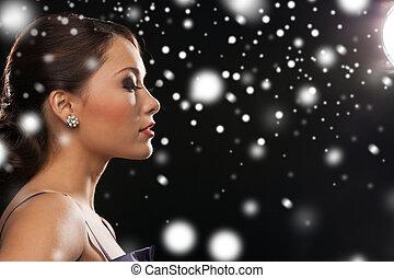 mujer, tarde, Vestido, Llevando, diamante, pendientes