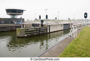 Schip vaart in het naviduct te Enkhuizen - A naviduct is a...