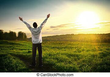 feliz, joven, hombre, Al aire libre