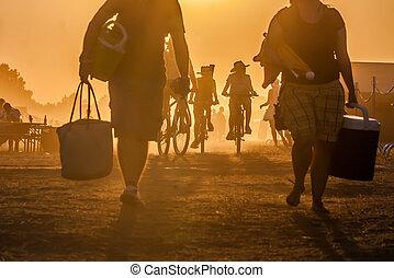 pôr do sol, viajando, pessoas