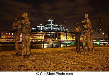 Famine Memorial, photo Night in Dublin