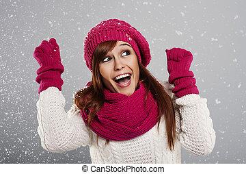 jovem, mulher, desfruta, primeiro, neve
