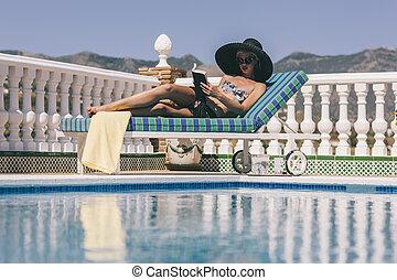 rubio, niña, relajante, Poolside, lectura