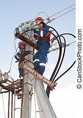 electricistas, azul, overol, trabajando, altura