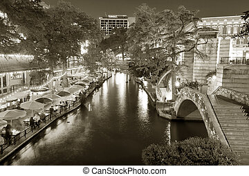San Antonio Riverwalk - Restaurants and cafes along the...