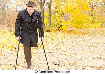 anciano, incapacitado, hombre, muletas, parque