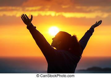 mulher, elogiar, desfrutando, dourado, pôr do sol