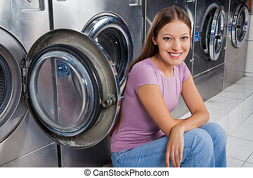 mulher, lavando, contra, máquinas, sentando