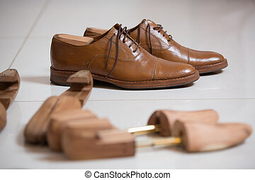 Mens shoes and shoe stratchers - Pair of brown handmade...