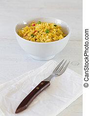 Curryreis in einer Schale auf wei?em Holztisch