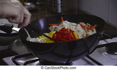 Frying bell pepper with chicken and carrots