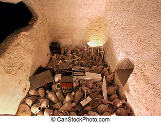 Egypt tomb treasure - Small room inside Egyupt tomb with...
