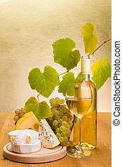 White wine with grape and cheese snack - White wine in...