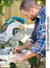 charpentier, marquer, sur, bois, à, crayon, à,...