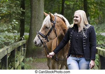 Ueber die Bruecke mit einem Pferd - Mandy spaziert mit ihrem...