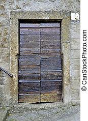 Vecchio portone, Bomarzo 2 - Caratteristico vecchio portone...