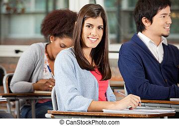 Estudiante, Sentado, en, escritorio, con, compañeros...
