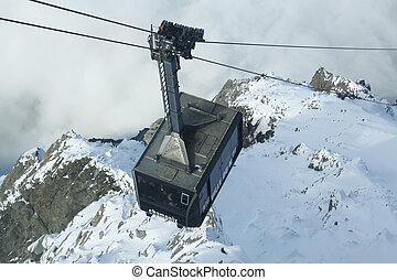 Cable car arriving to Auguille du M