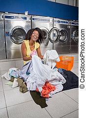 roupas, sentando, mulher, lavanderia, chão
