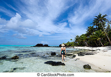 Tourist visit tropical Island in Aitutaki Lagoon Cook...