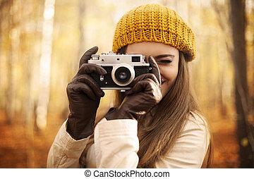 mulher, Levando, foto, retro, câmera
