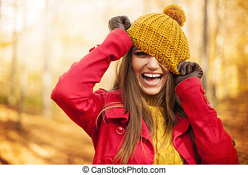 joven, mujer, tener, diversión, otoño, ropa