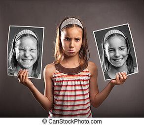 triste, pequeno, menina, segurando, dois, fotografias, mesma