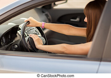 mulher, dirigindo, car, mão, chifre, botão