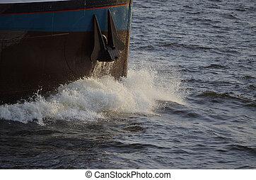 Volle Kraft voraus - Kleines Frachtschiff kämpft sich...