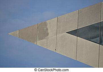 Dreieck im Himmel - Die scharfe Spitze eines Hausdaches vor...