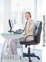 mujer de negocios, rubio, sonriente, teléfono