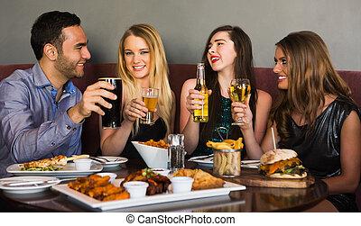 amigos, teniendo, cena, juntos, brindar