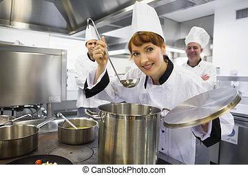 cozinheiro, sopa, jovem, femininas, provando