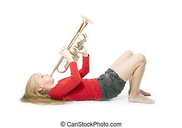 joven, niña, rojo, juego, trompeta, colocar, Abajo