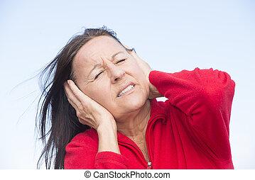 cansado, preocupado, mulher, mãos, orelhas