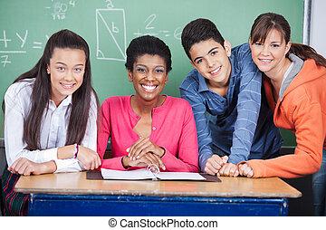 profesor, con, adolescente, estudiantes, en, aula