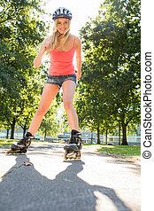 casual, sonriente, rubio, En línea, patinaje, camino