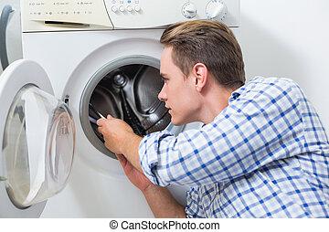 técnico, reparar, máquina, lavando