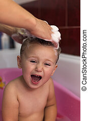 bathing baby - bathing a child who does not like to wash my...