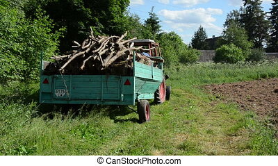 trailer log full drive - Tractor with trailer full loaded...