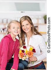 rosas, sonriente, ramo, hija, madre