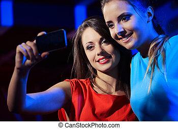 dos, mujeres, el gozar, smartphone