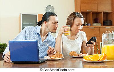 couple, utilisation, appareils, pendant, petit...