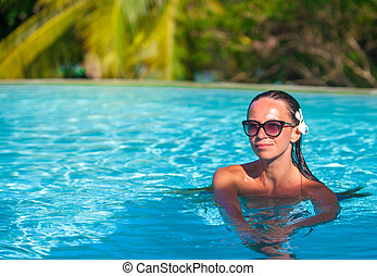 Portrait of beautiful woman enjoying the luxury quiet swimmingpool