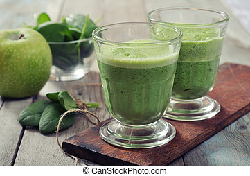Spinach and apple smoothie - Apple and spinach smoothie in...