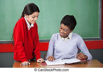 schoolgirl, ensinando, professor, escrivaninha