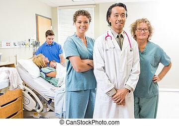 Confiado, médico, equipo, con, recién nacido,...
