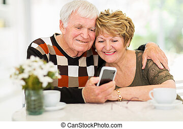 anciano, pareja, Utilizar, elegante, teléfono